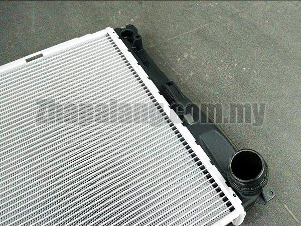 BMW Radiator (335i 335xi 135i 335i xDrive Z4) - Genuine BMW 17117547059 - Image 3