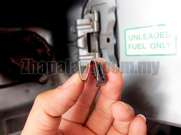 Proton Petrol Cover Spring Clip - Image 1